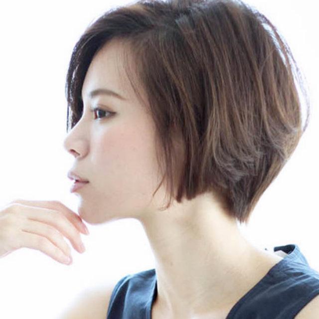 女らしさをほんのり纏うショートヘアのポイント