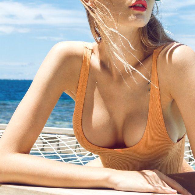 ノースリーブや水着などを着用する機会の増える夏本番に向けて「二の腕をほっそりさせたい!」と考えている方は少なくないと思いますが、それを叶えるためにはエクササイズを習慣にすることを避けては通れません。そこで実践したいのが、効率良くほっそり二の腕を目指せる2つの簡単エクササイズです。いずれも胸周りの筋肉を強化できバストアップ効果も期待でき