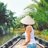 川を渡るだけで違う世界を見ることができます